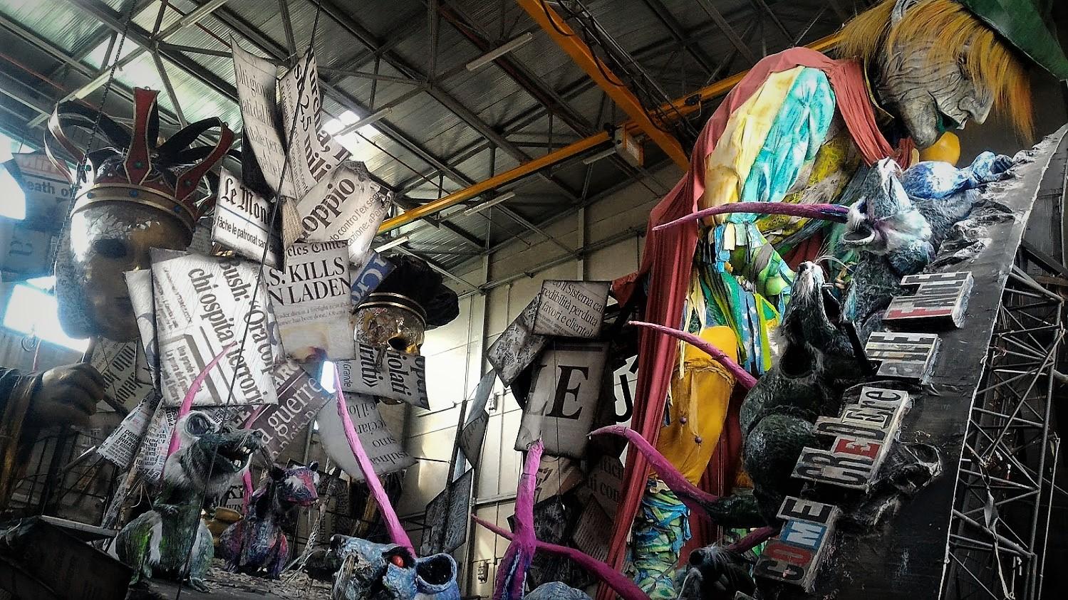 La preparazione dei carri del Carnevale di Viareggio.