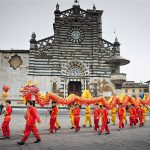 Una sfilata per il capodanno cinese di fronte al duomo di Prato.