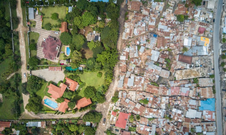 Un esempio di disuguaglianza tra Nord e Sud del mondo: ville di ricchi accanto a case di poveri.