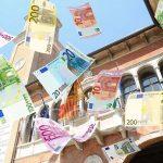 Simbolo della recessione: soldi buttati dalla finestra