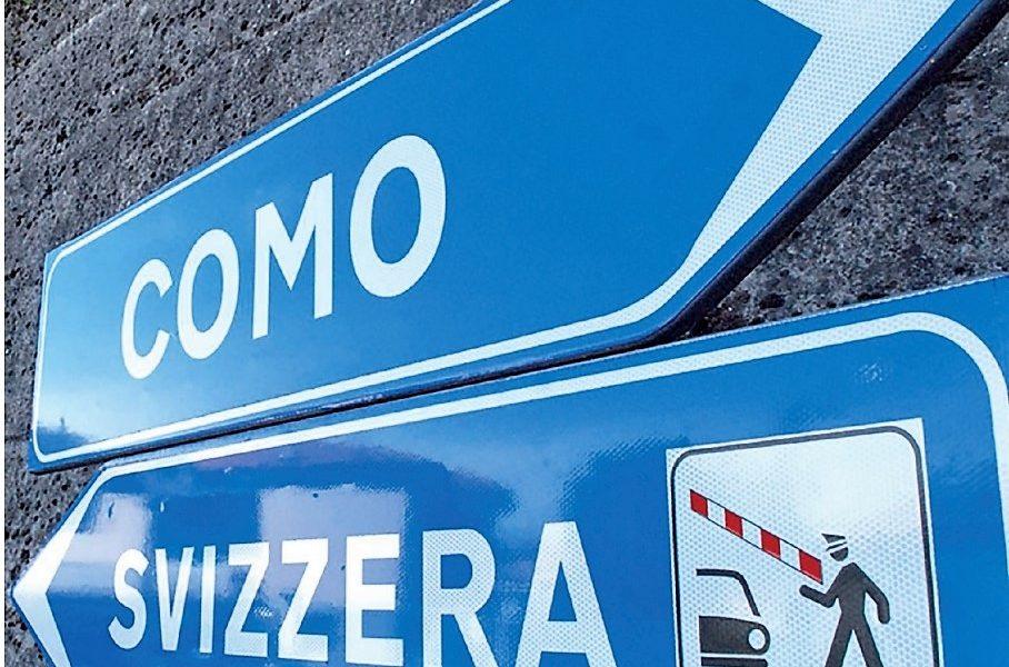 Un cartello che indica la Svizzera, destinazione quotidiana di numerosi frontalieri.