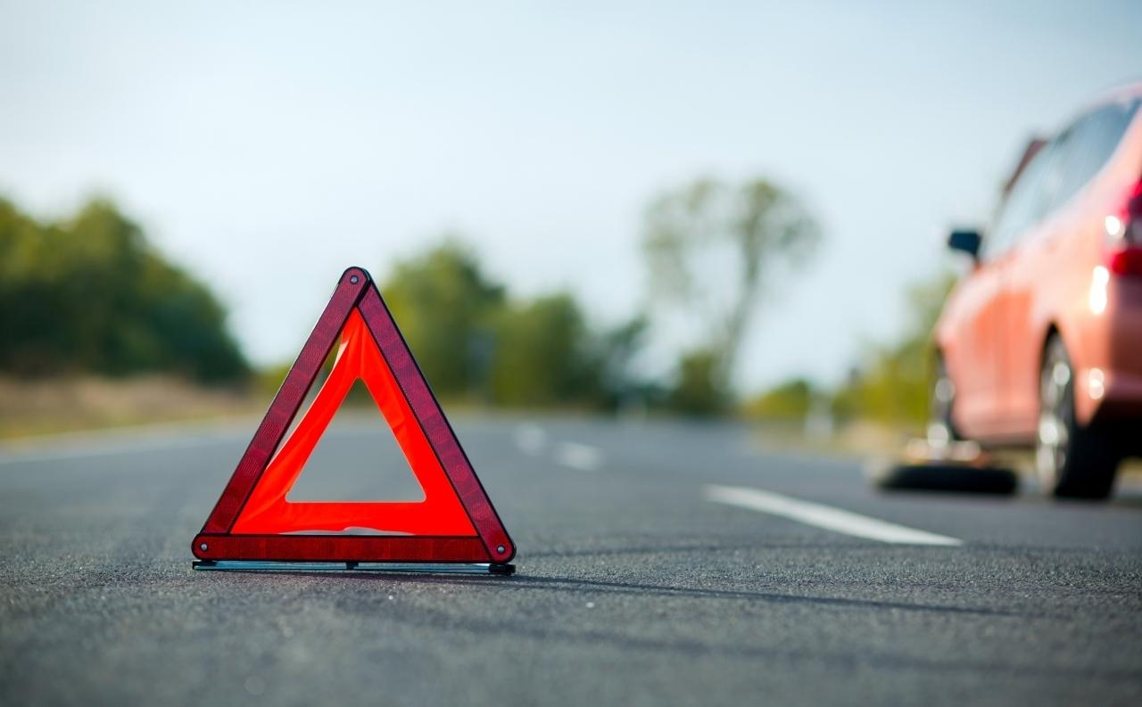 Segnale stradale di emergenza, simbolo dello stato del mercato auto