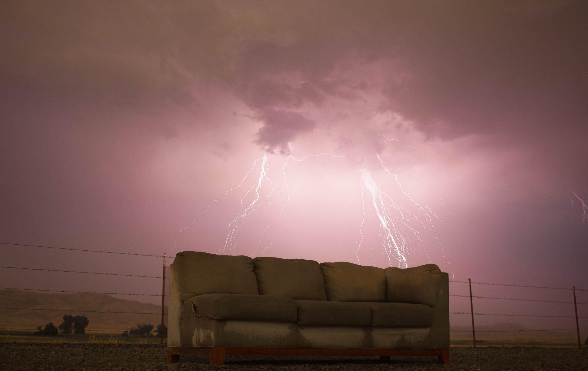 Un divano made in Puglia sotto il temporale.