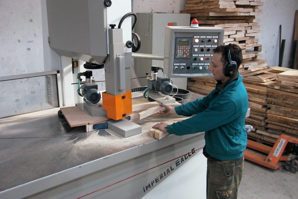 Un operaio del settore del legno al lavoro.