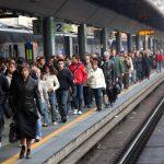 Pendolarismo: una banchina di stazione affollata di passeggeri