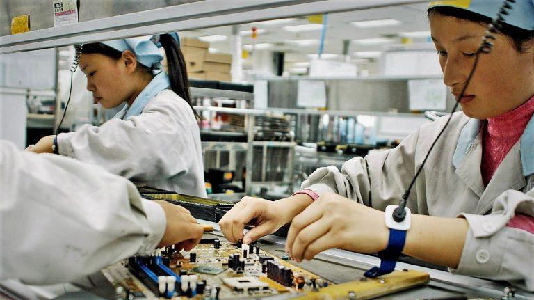 """Lavoratori orientali sottoposti alla """"tutela"""" del sindacato cinese, in un'industria elettronica"""