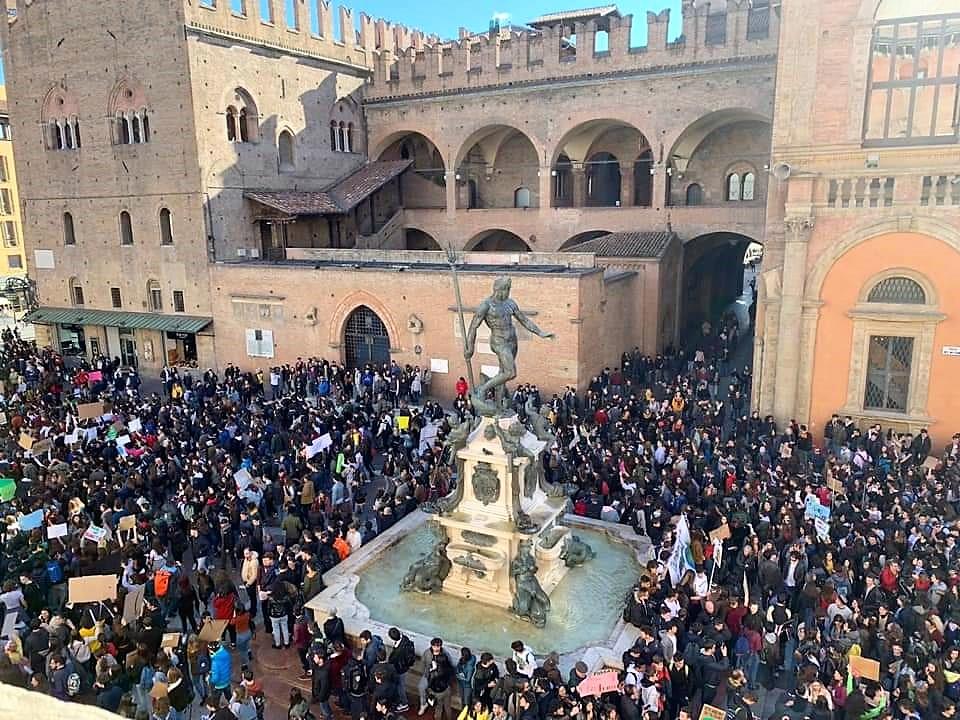 Piazza del Nettuno a Bologna, uno dei comuni social più attivi d'Italia