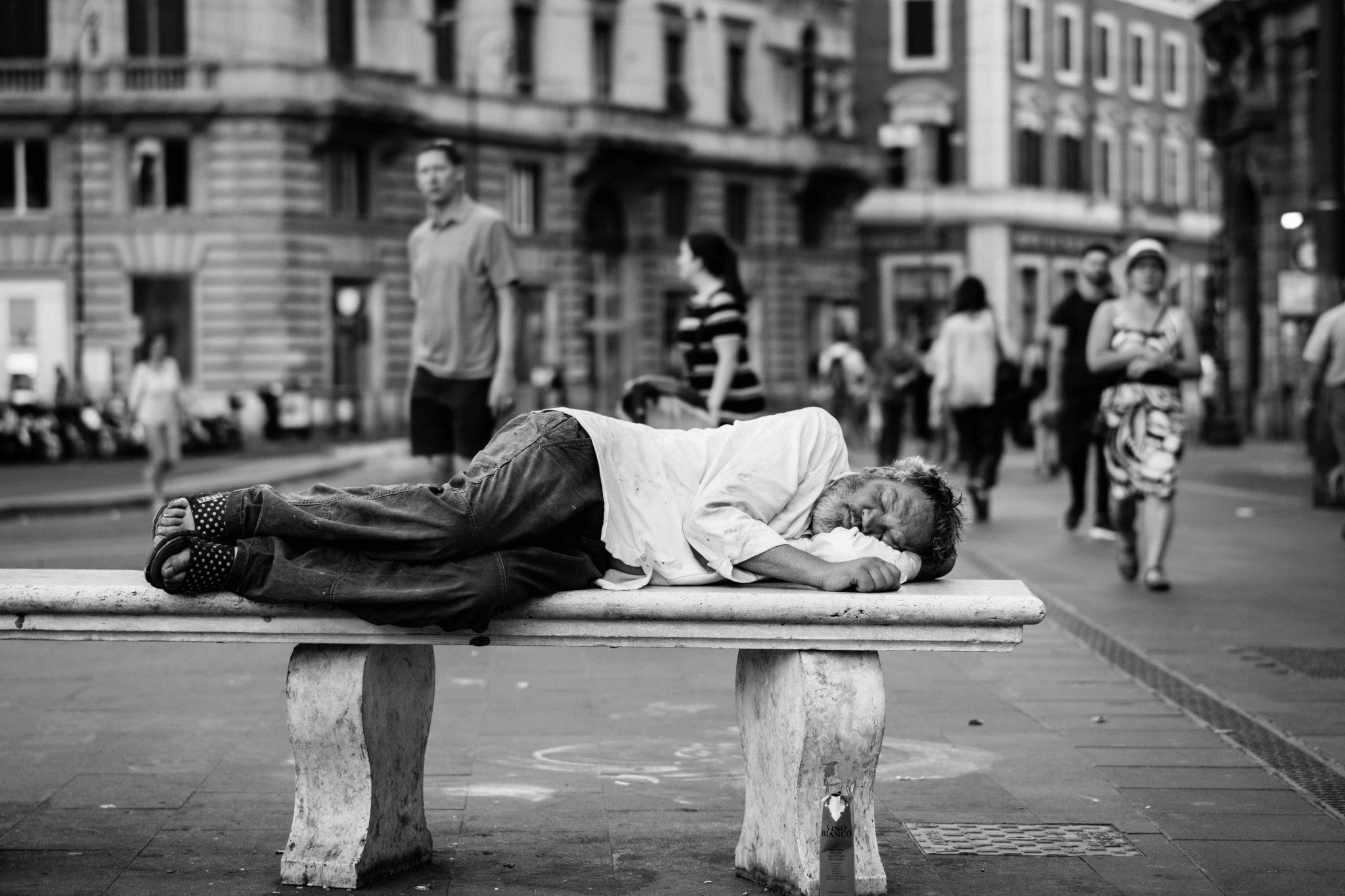 Un senzatetto a Roma, possibile beneficiario del reddito di cittadinanza