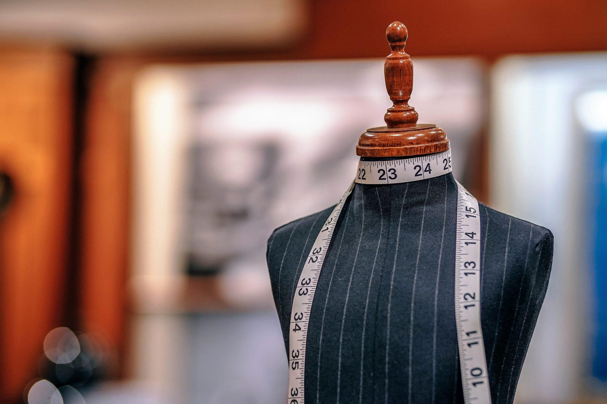Un manichino spoglio, simbolo del settore moda bolognese
