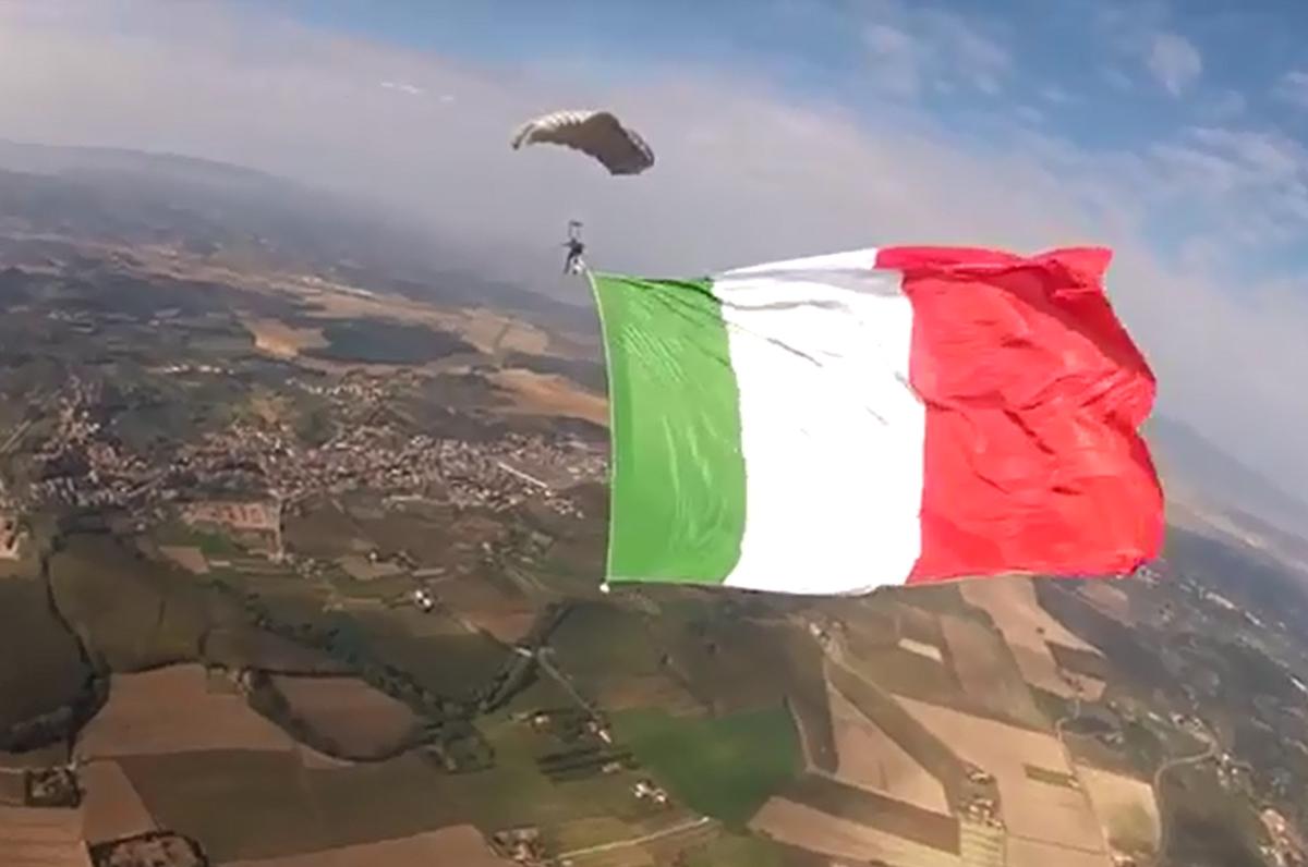 Bandiera italiana col paracadute, simbolo della compravendita dei brand italiani