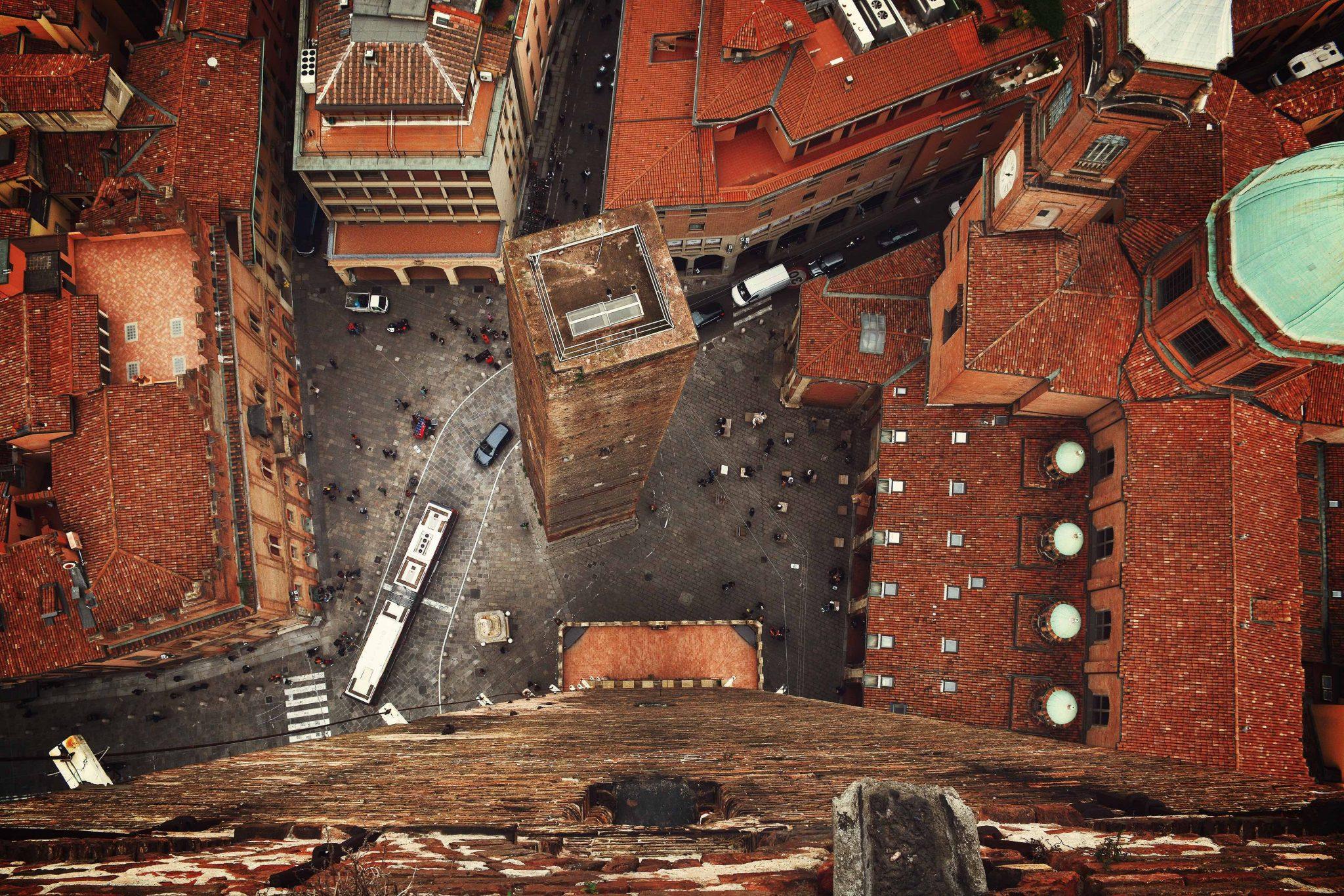 Una visione dall'alto di una piazza di Bologna, che si candida a essere la nuova capitale del lavoro
