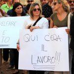 Delle manifestanti per il lavoro.
