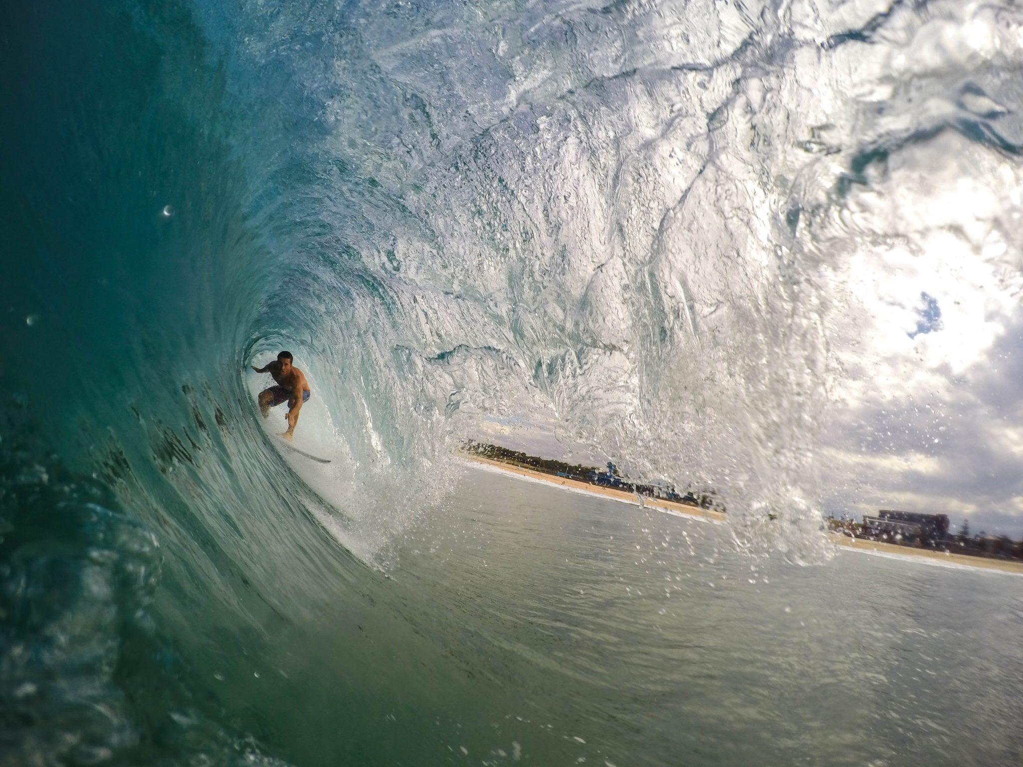 Irrequieti all'opera: un surfista che cavalca un'onda