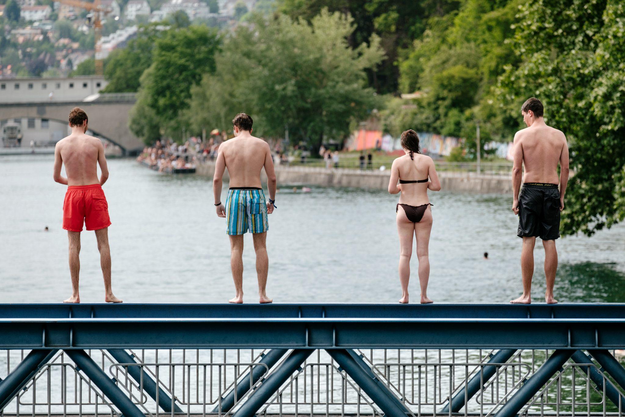 Dei giovani pronti a saltare da un ponte.
