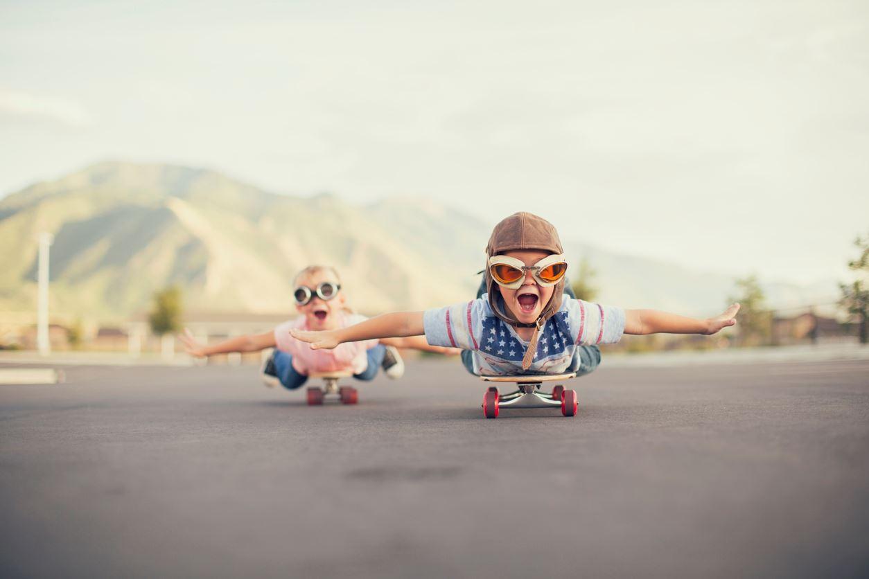 Due bimbi dilettanti su skateboard.