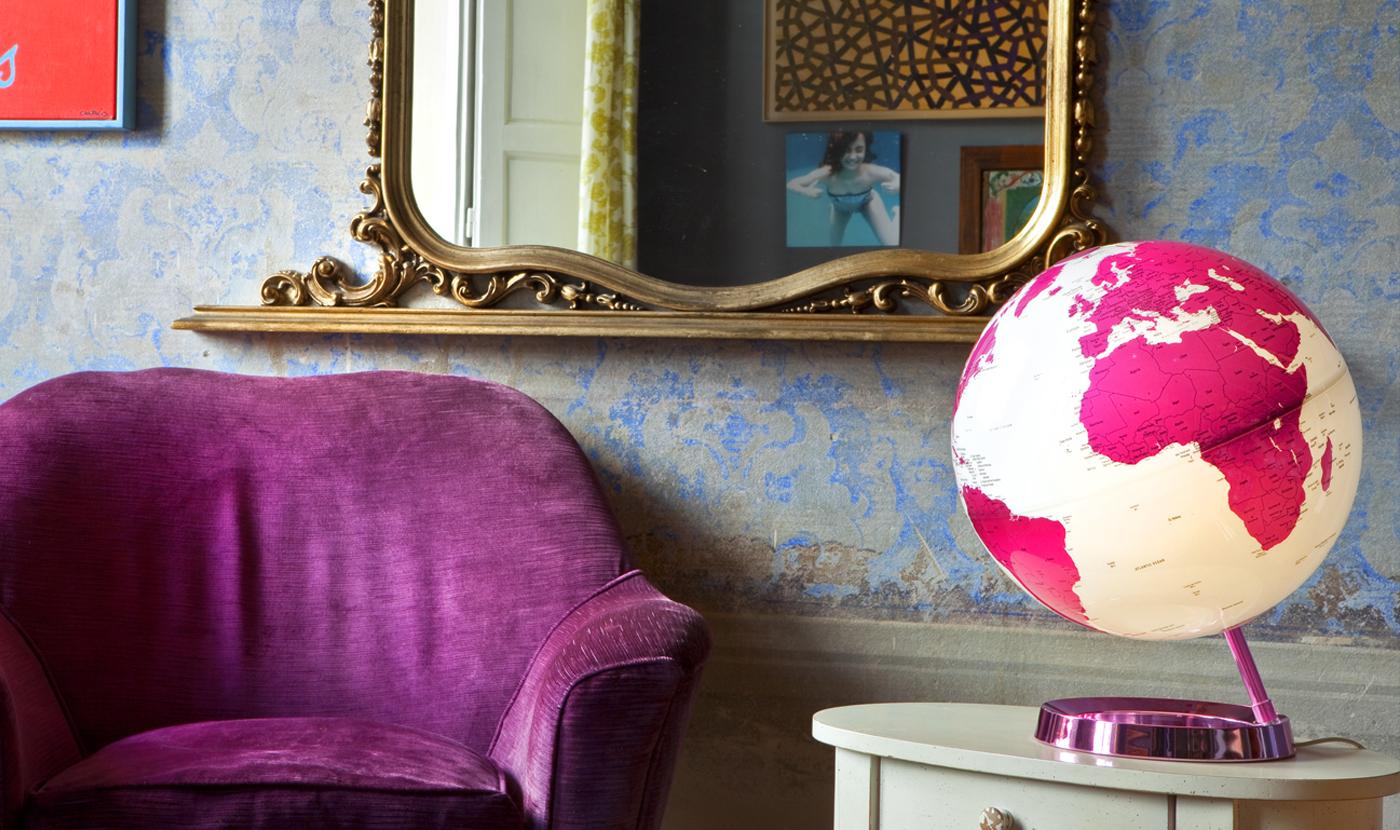 Brand Europa: un salotto in stile europeo con un mappamondo