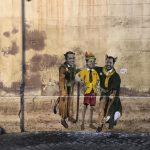 Fake news europee: un murales rappresenta Di Maio, Conte e Salvini travestiti da Pinocchio e dal gatto e la volpe.