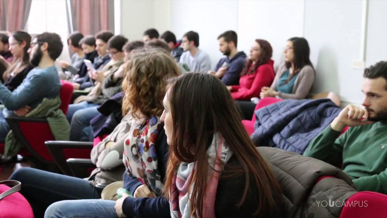 Ragazzi europei a una conferenza.