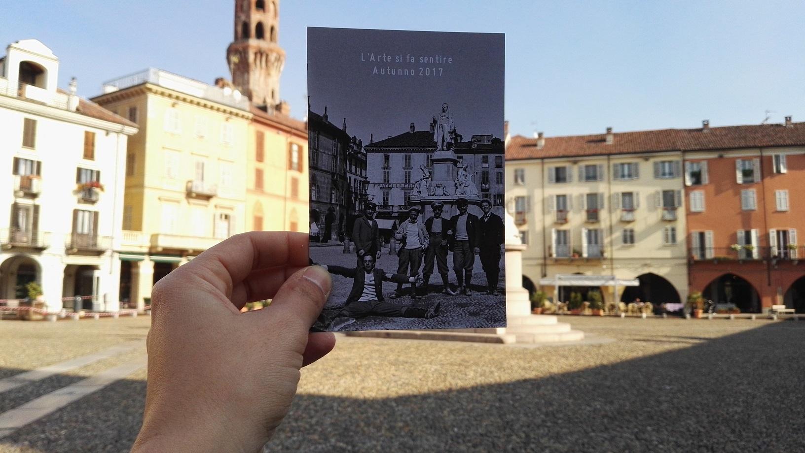 Una foto proveniente da uno dei musei di Vercelli sovrapposta a una piazza della città