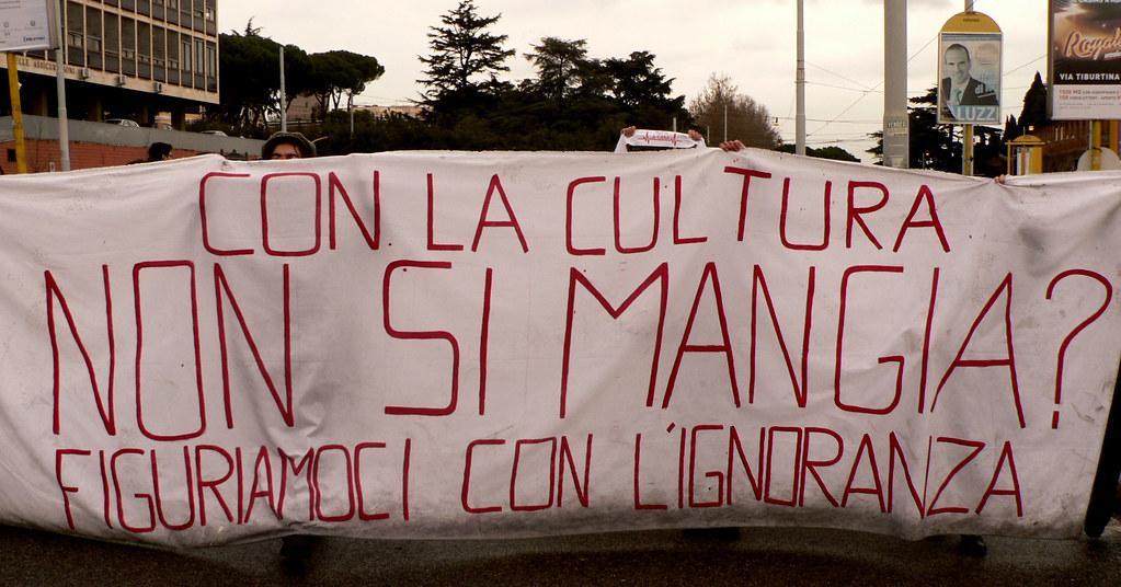 Si mangia con una laurea in Beni Culturali? Uno striscione di protesta dei lavoratori del settore culturale.
