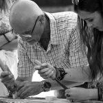 Beni culturali e lavoro: un maestro artigiano insegna l'intaglio a una giovane allieva