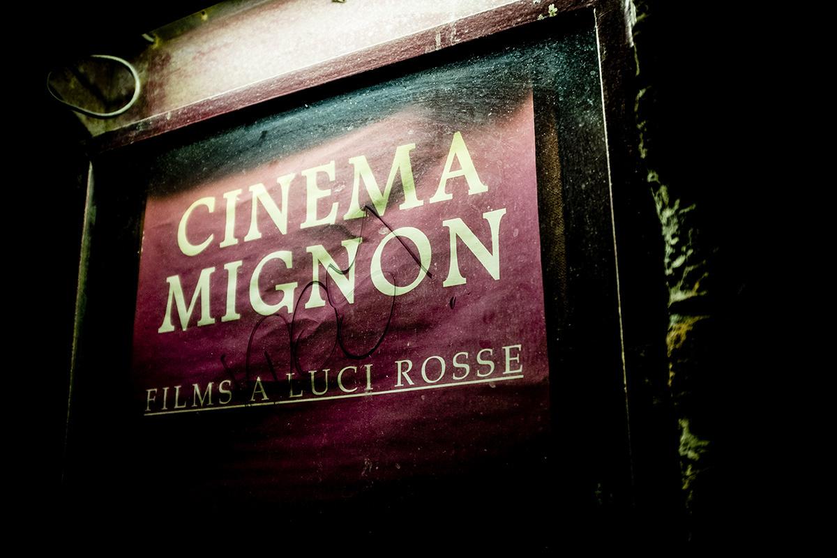 L'insegna di un cinema a luci rosse, uno dei primi luoghi di consumo del porno italiano