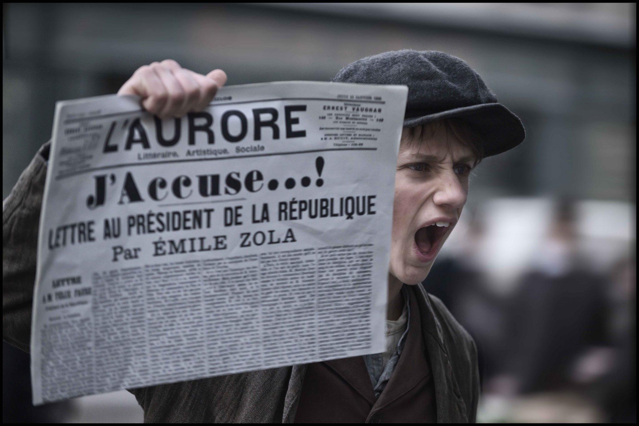 """Un giornale che recita """"J'accuse"""", come il titolo del film di Roman Polansky a Venezia"""