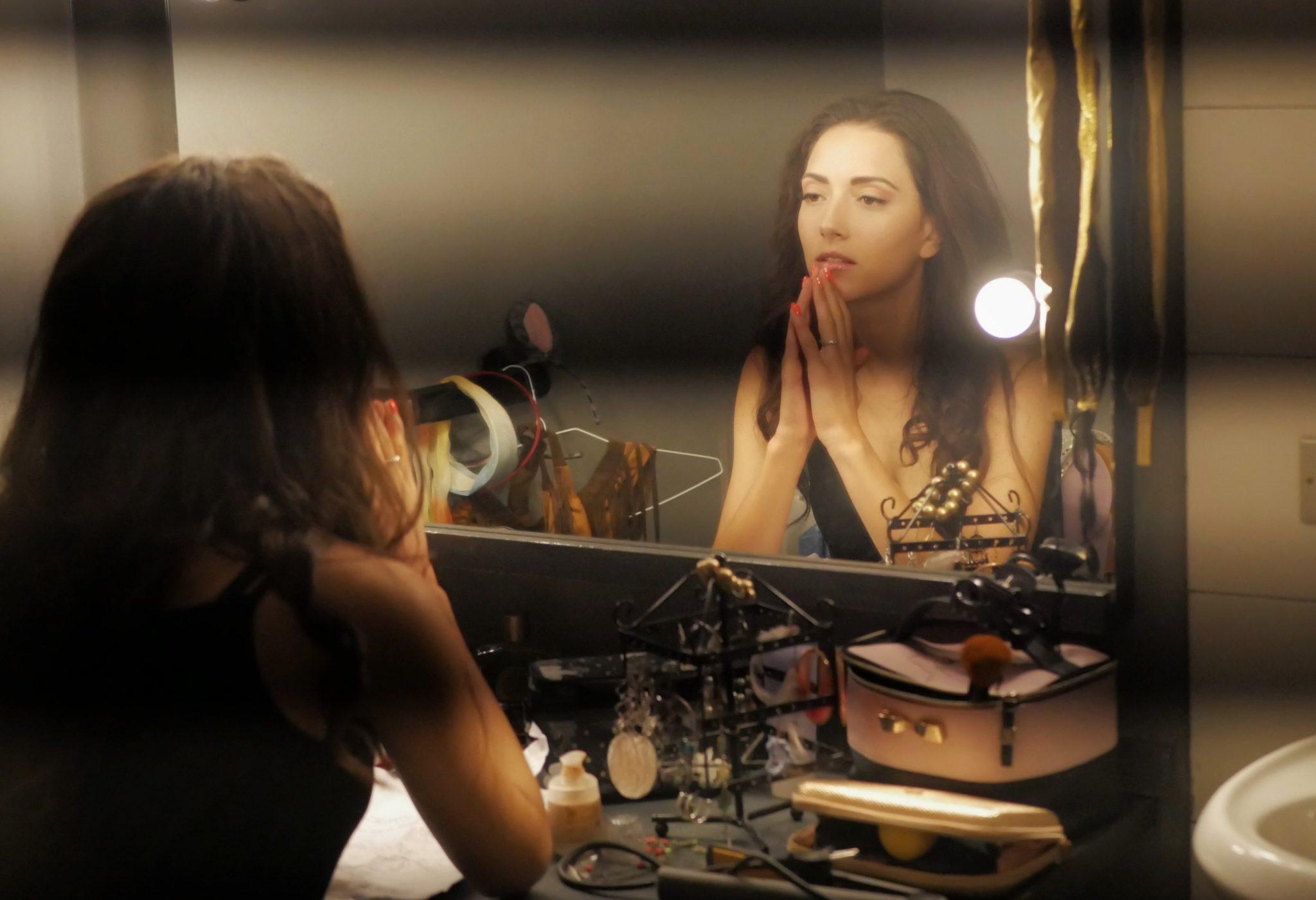 Professione attrice: una donna si trucca prima di andare in scena