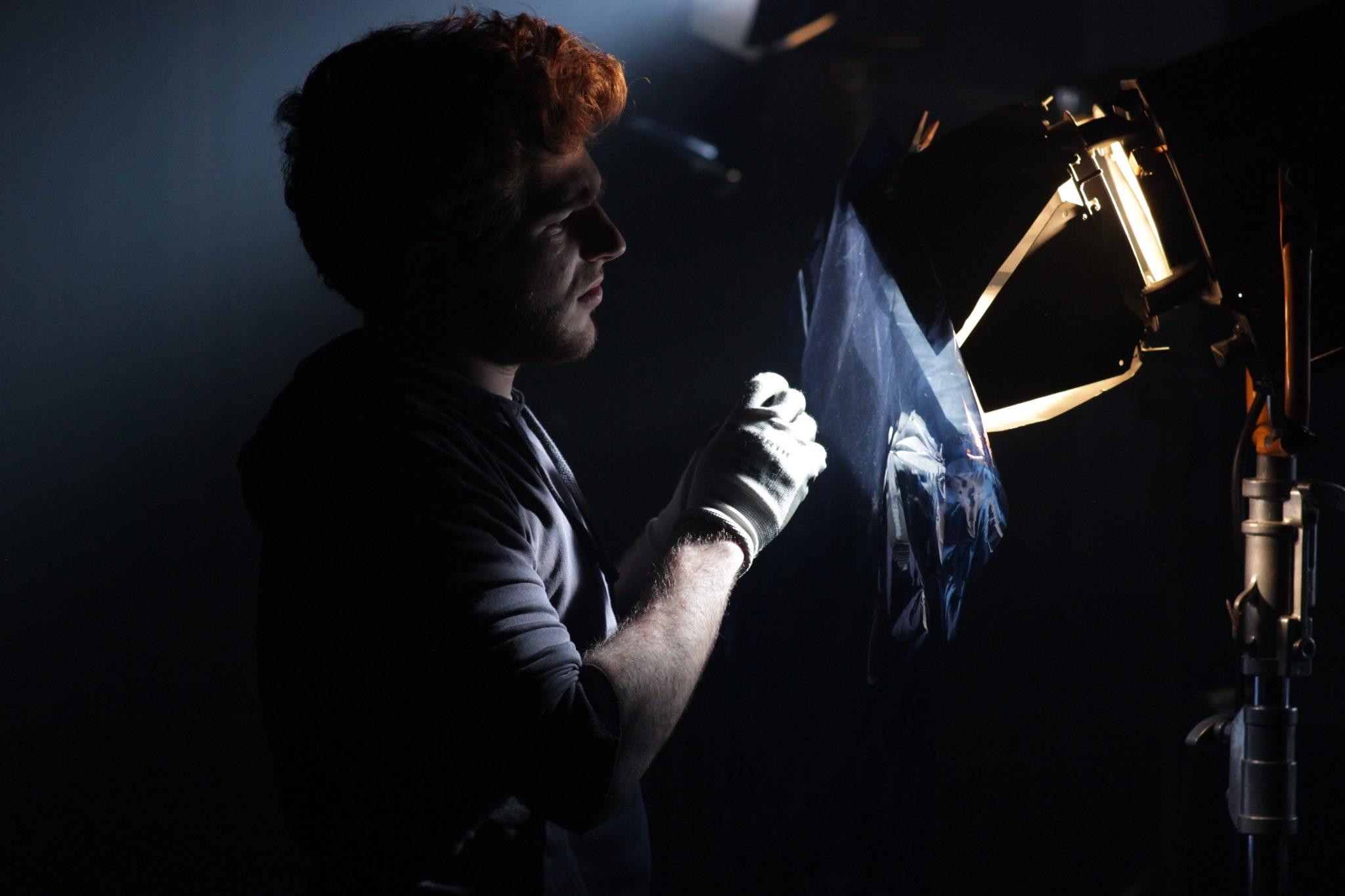 Un tecnico delle luci, professione per cui ci si forma nelle scuole di cinema