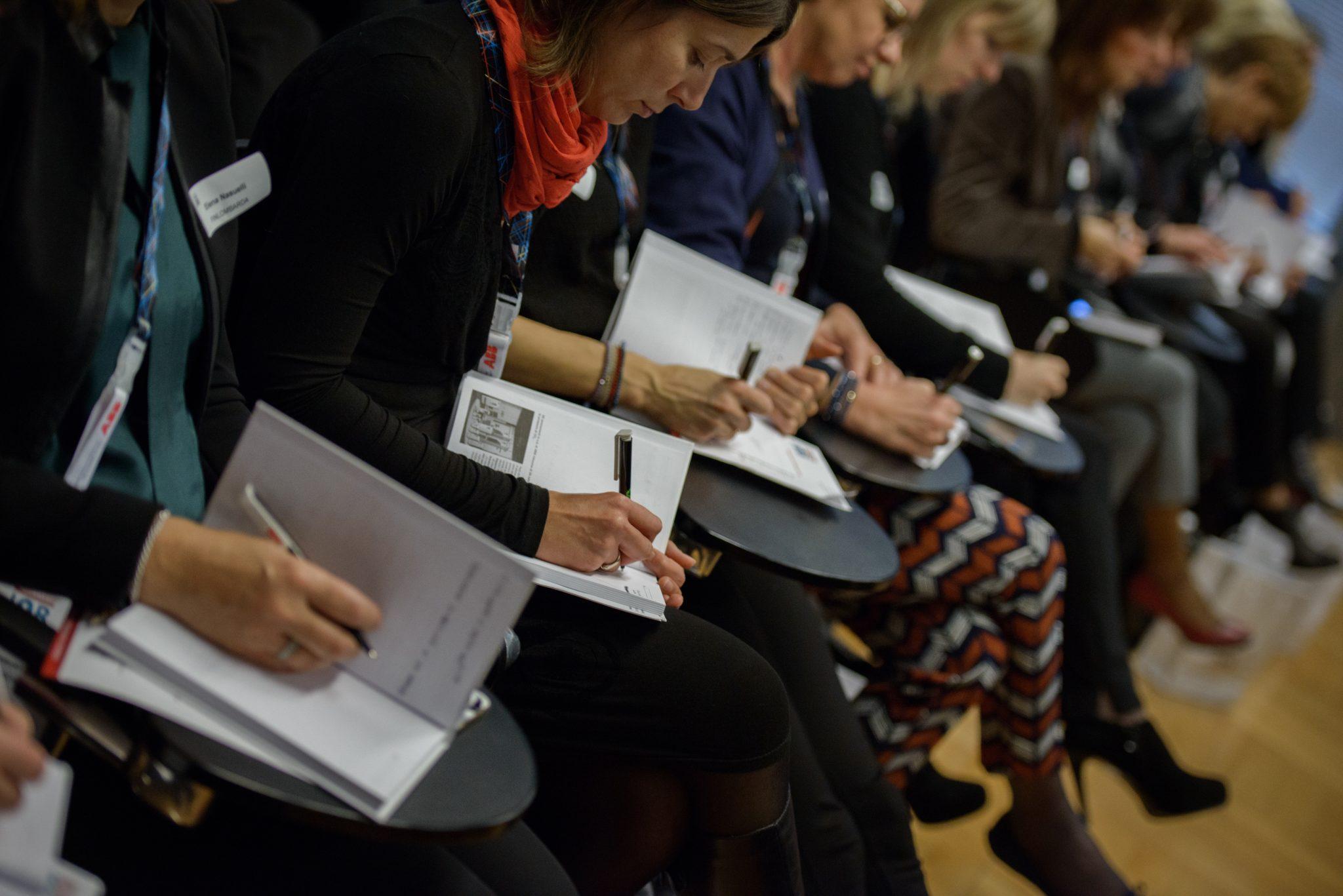 Formazione per segretarie: una fila di donne che prendono appunti