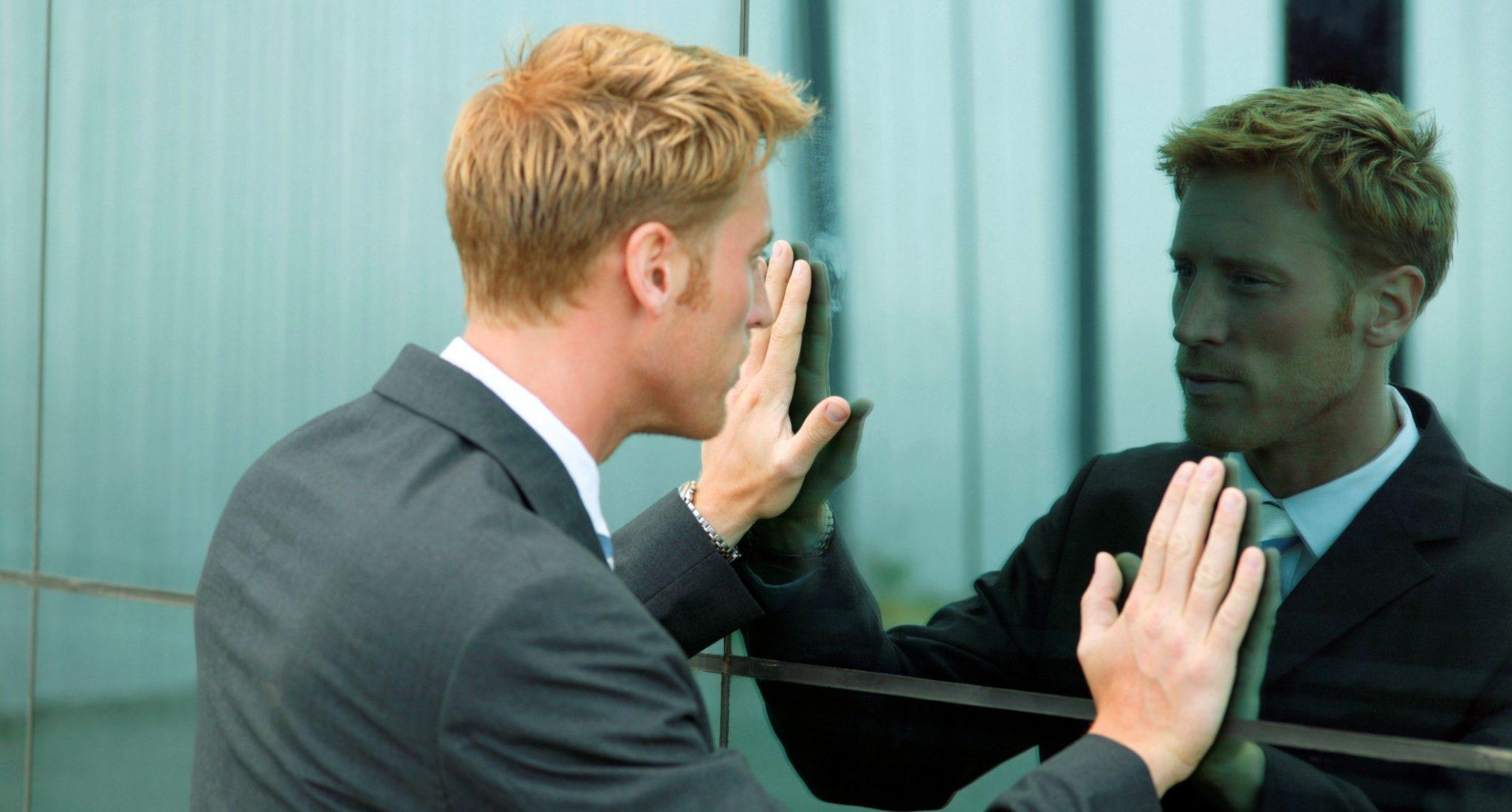 Consulenti d'impresa a confronto con il loro riflesso