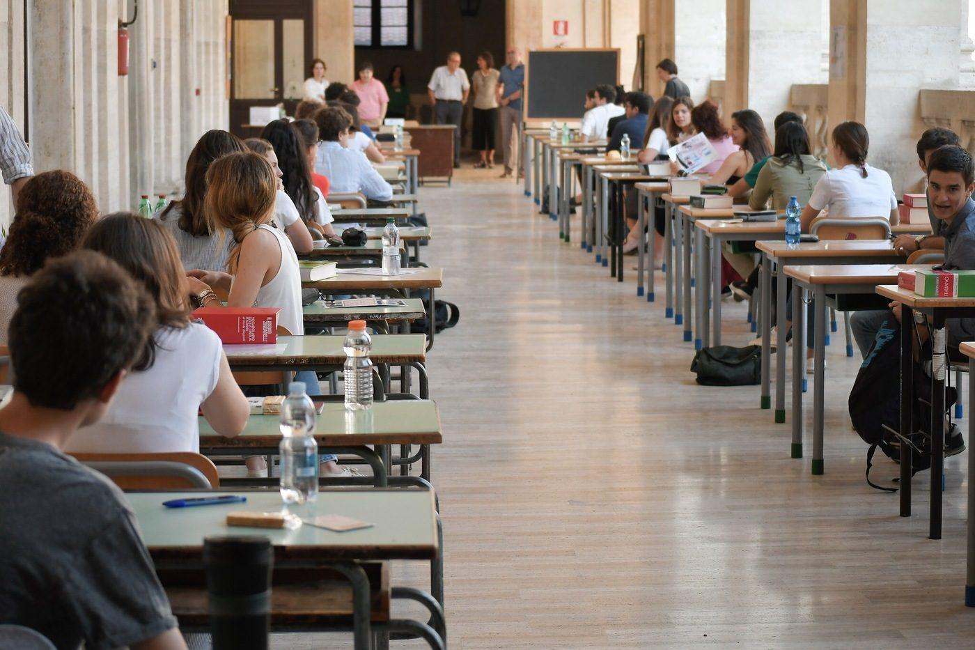 Giovani tra i banchi di scuola, la principale responsabile del fenomeno del mismatch