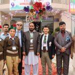 Una foto tratta dal viaggio in Pakistan del nostro collaboratore: uomini e ragazzi in divisa dopo un incontro sull'educazione scolastica.