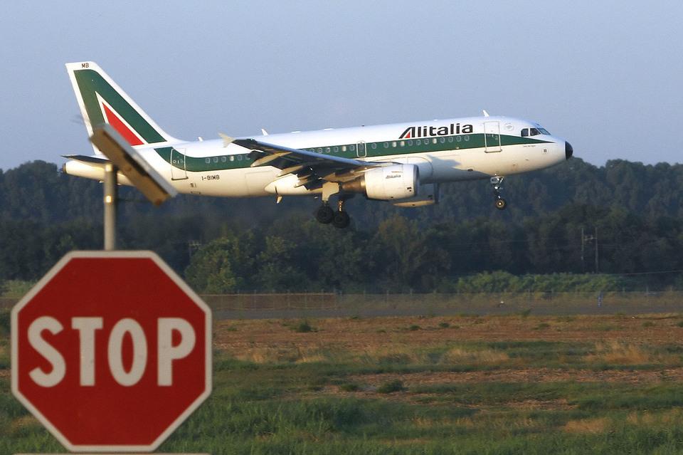 Crack Alitalia: un aereo della compagnia di bandiera che vola rasoterra vicino a un segnale di stop