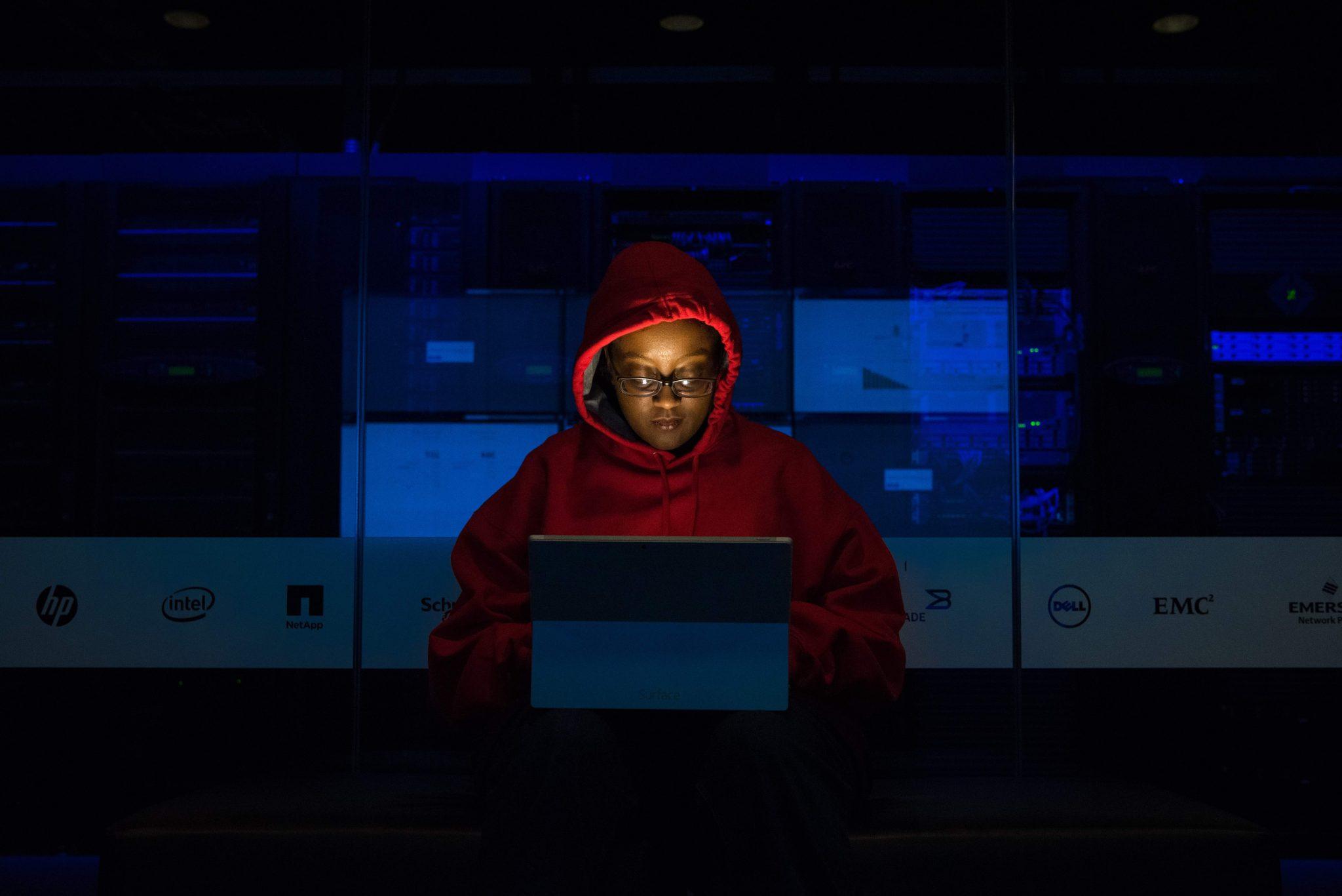 Etnografia digitale: una ragazza incappucciato davanti al pc impegnato in una ricerca.