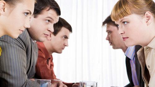 Liti sul lavoro: dei colleghi d'ufficio si guardano in cagnesco