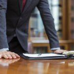Un utente dell'italiano professionale: un uomo in ufficio con i documenti sul tavolo