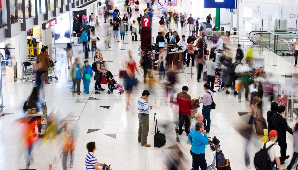 Aeroportuali e passeggeri in aeroporto.