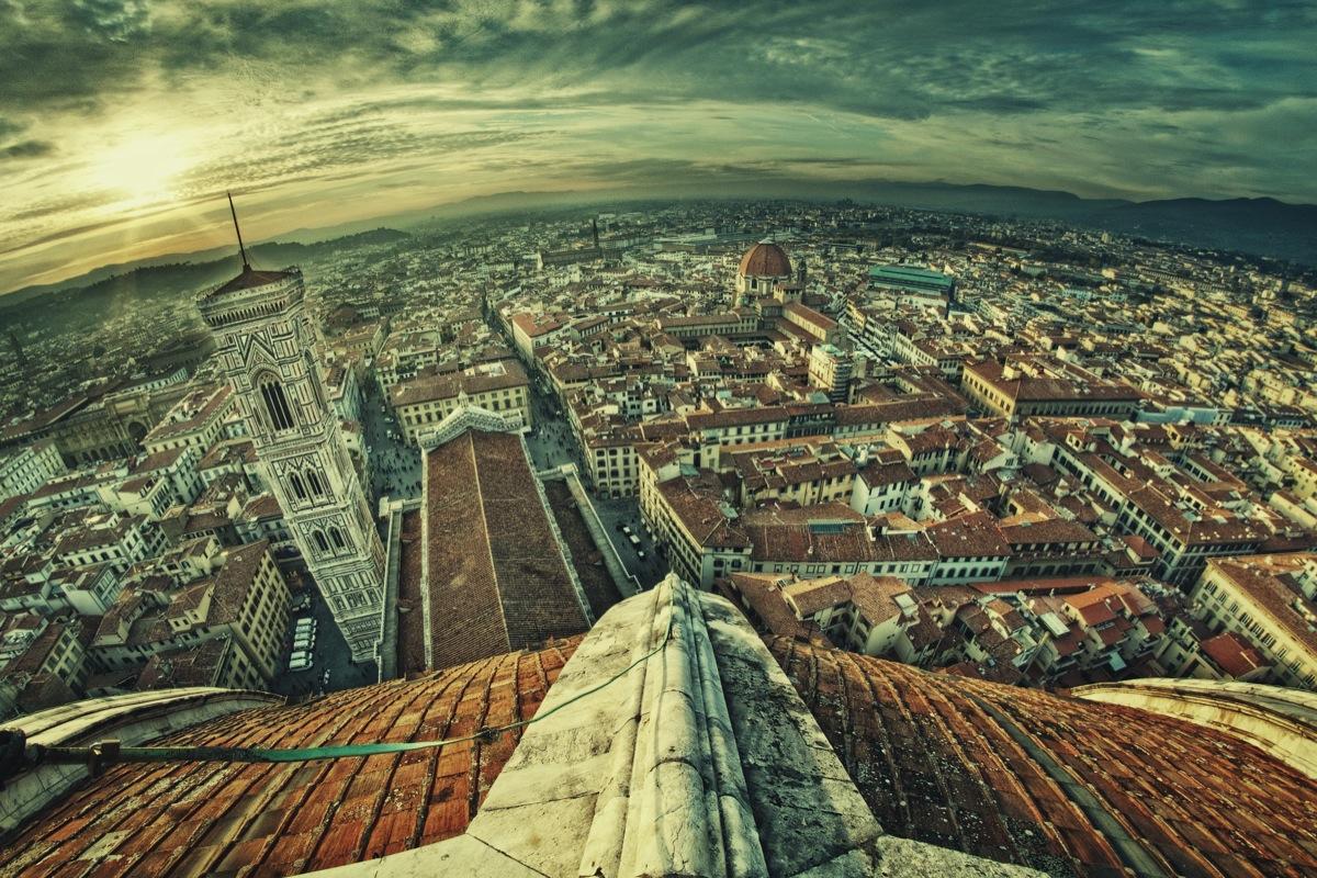 Metafora del sistema aeroportuale toscano: una veduta aerea di Firenze
