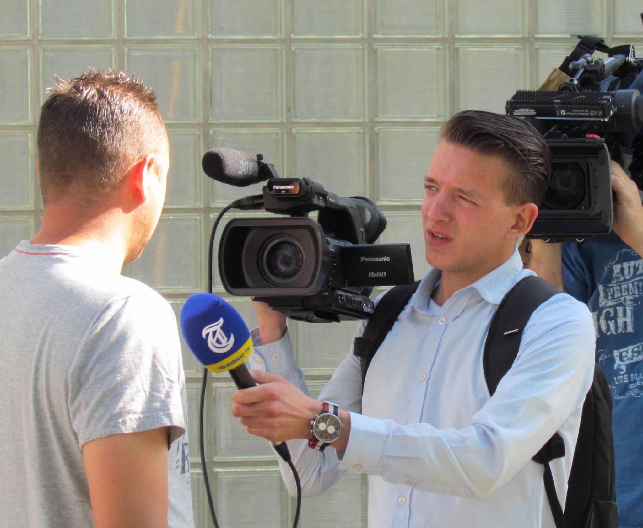 Un professionista del giornalismo durante un'intervista