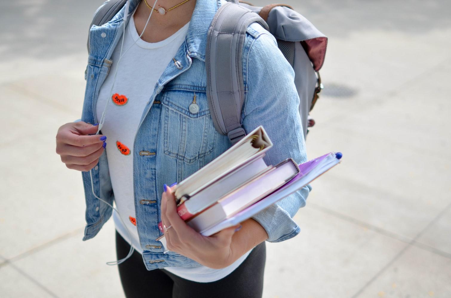 Libri scolastici in mano a uno studente