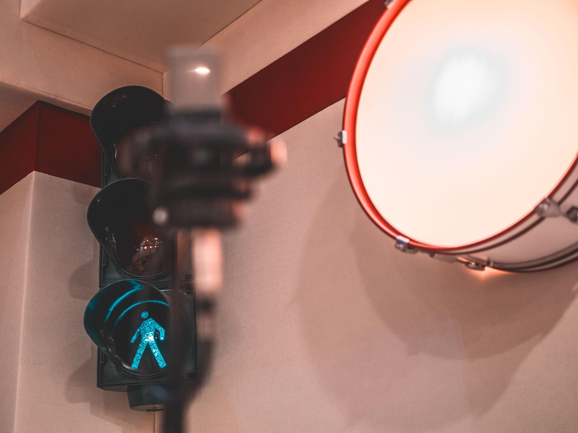 Un particolare dello studio Digital Records: un semaforo verde e un tamburo del sistema di rifrazione del suono kickback.