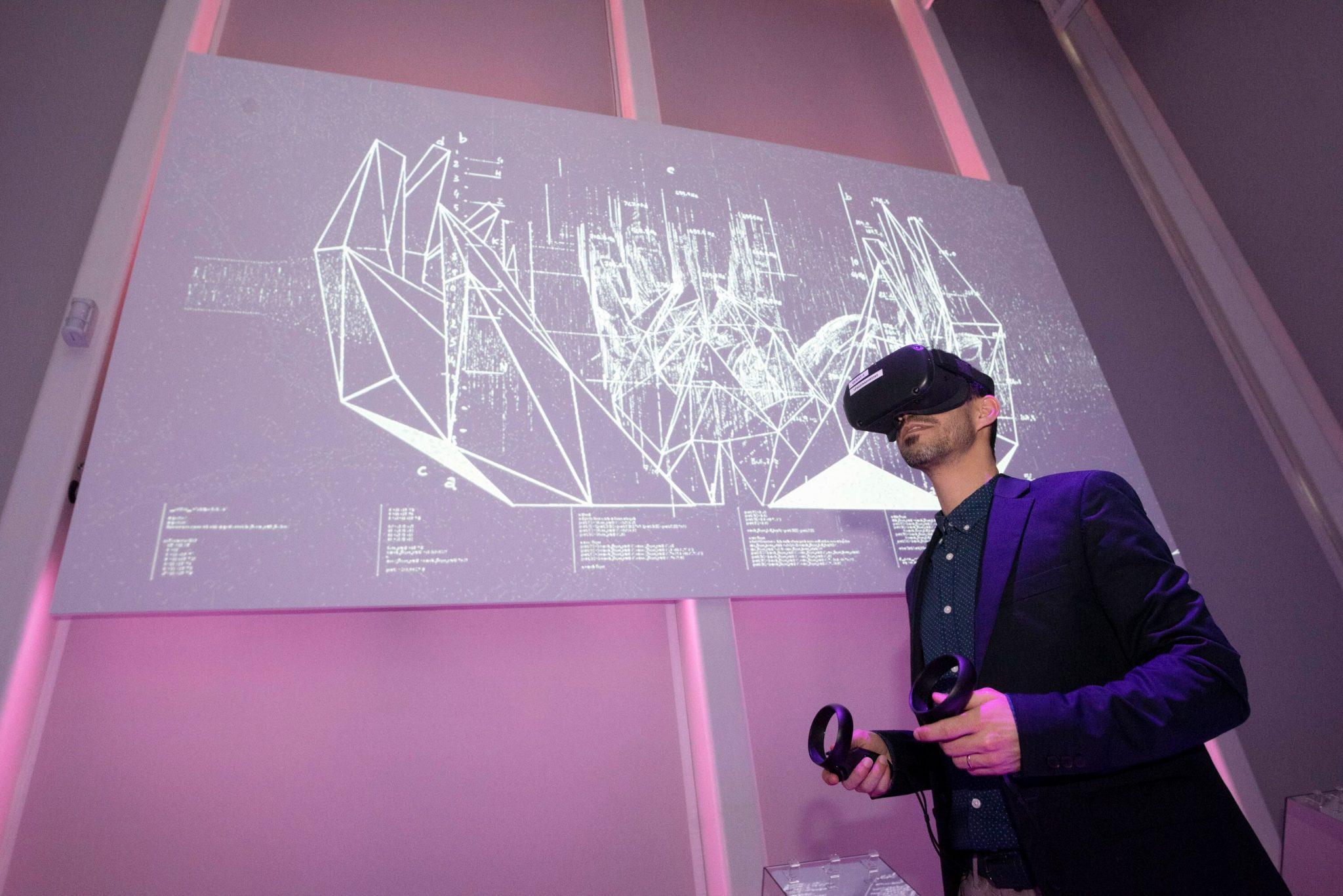Un'immagine dalla mostra U.MANO all'Opificio Golinelli: un visitatore usa un visore VR