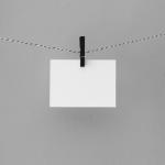 """La rappresentazione """"vuota"""" delle relazioni pubbliche contemporanee rappresentata da un biglietto bianco."""