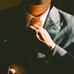 Un uomo in abito buono; come quello che hanno indossato le nuove fabbriche