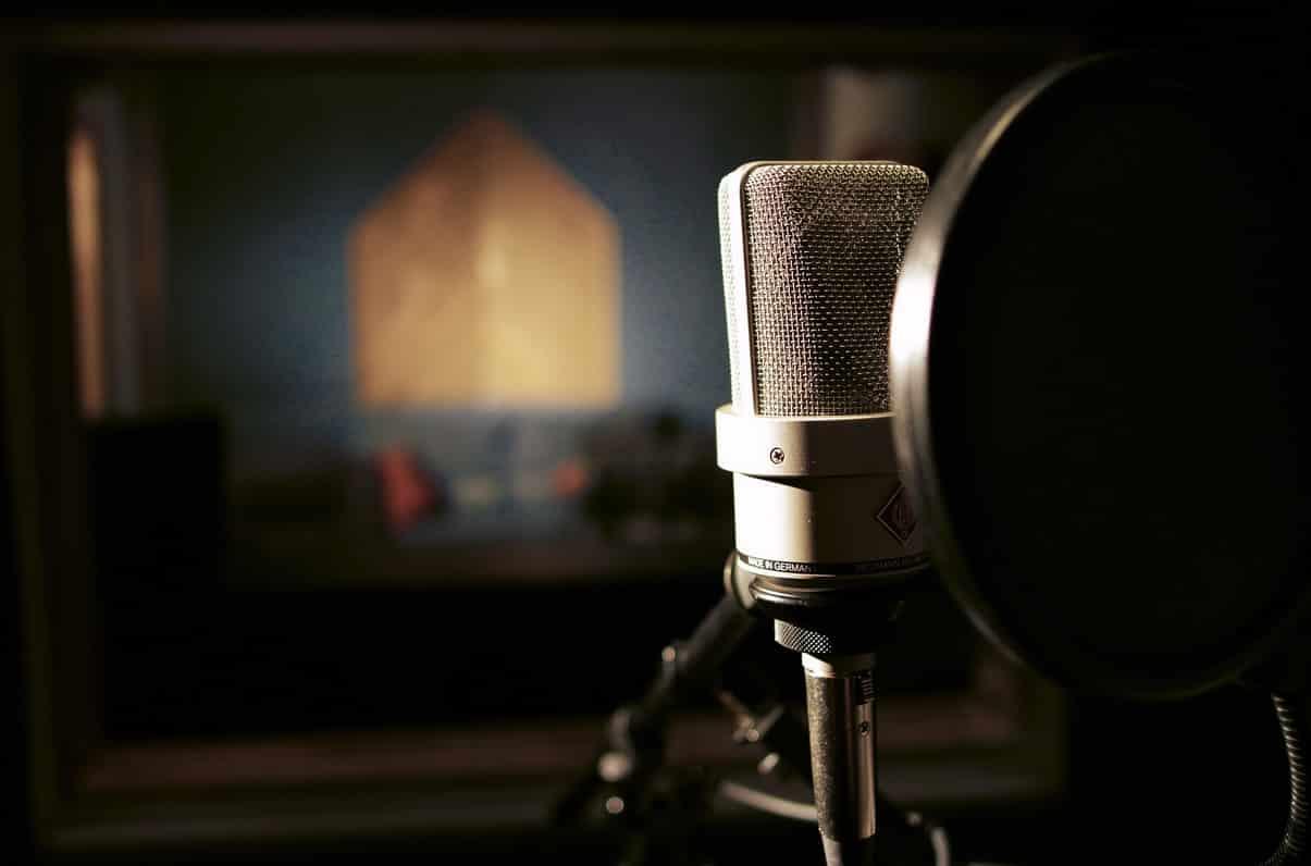 Simbolo dell'industria discografica: un microfono in uno studio di registrazione