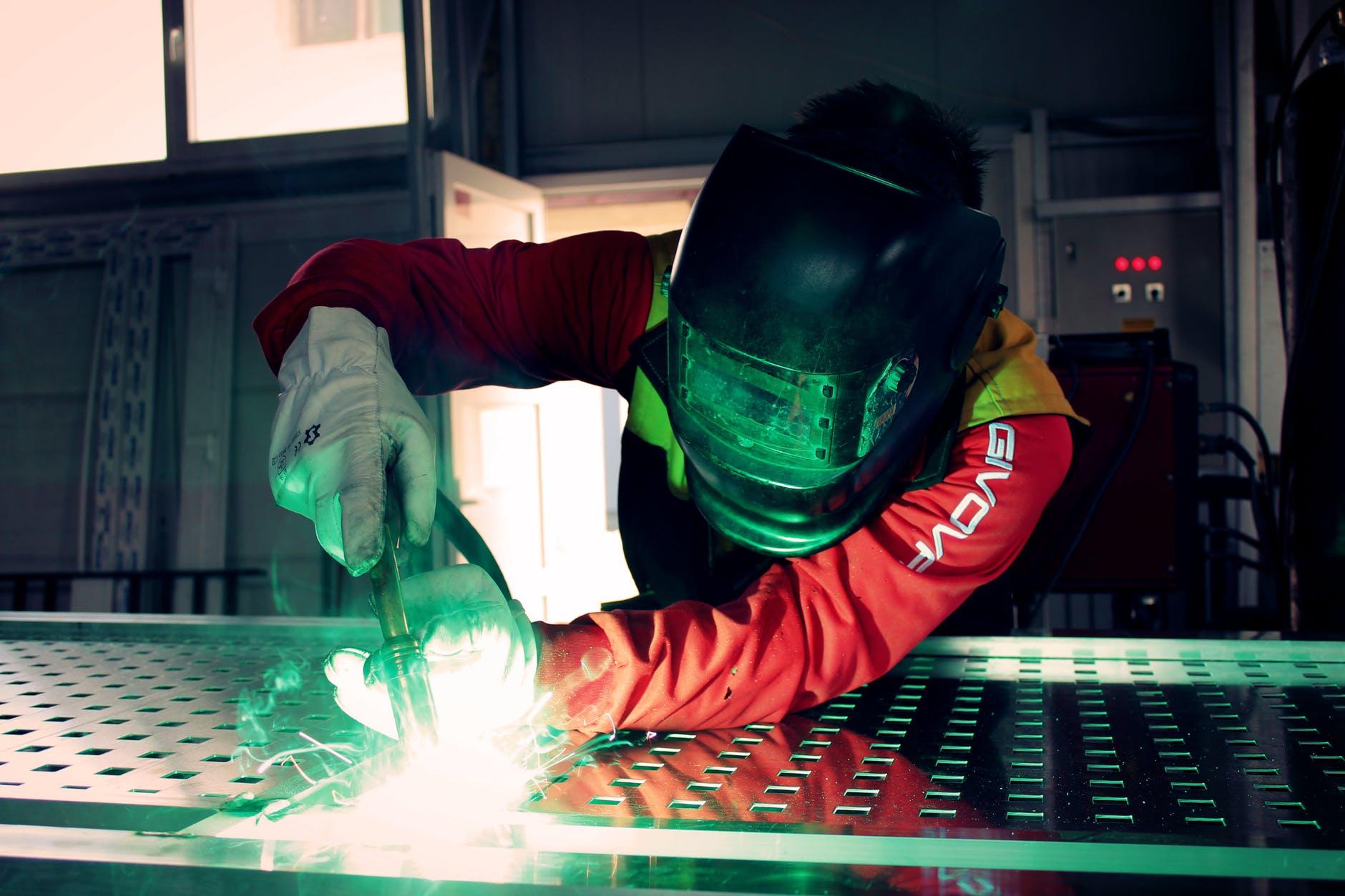 La costruzione di campioni europei della manifattura riassunta dall'immagine di un operaio saldatore.