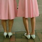 Calo demografico in arrivo: due donne affiancate, una con i tacchi, l'altra senza.