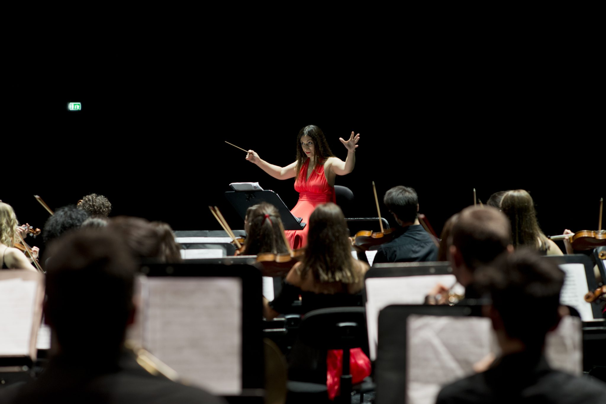 Teresa Satalino dirige l'orchestra AYSO.