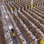 Amazon cerca militari come nuovi lavoratori: una foto dall'interno di un magazzino del colosso dell'e-commerce